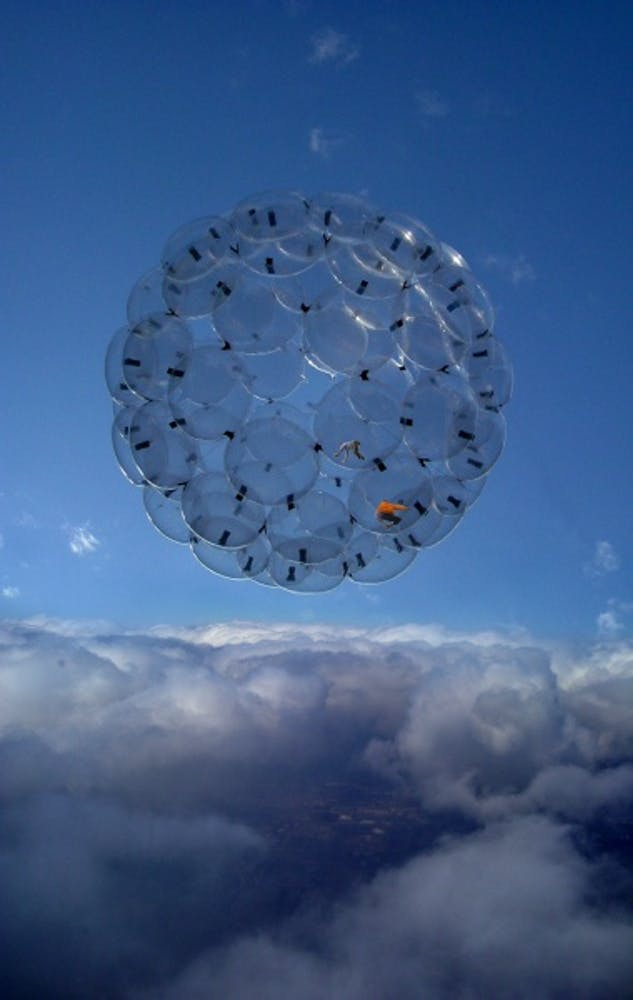 Tomás Saraceno, Sunny Day, Air-Port-City, 2006