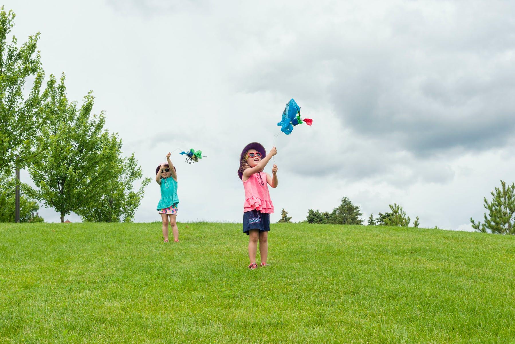 Kids on Walker hillside flying kites.