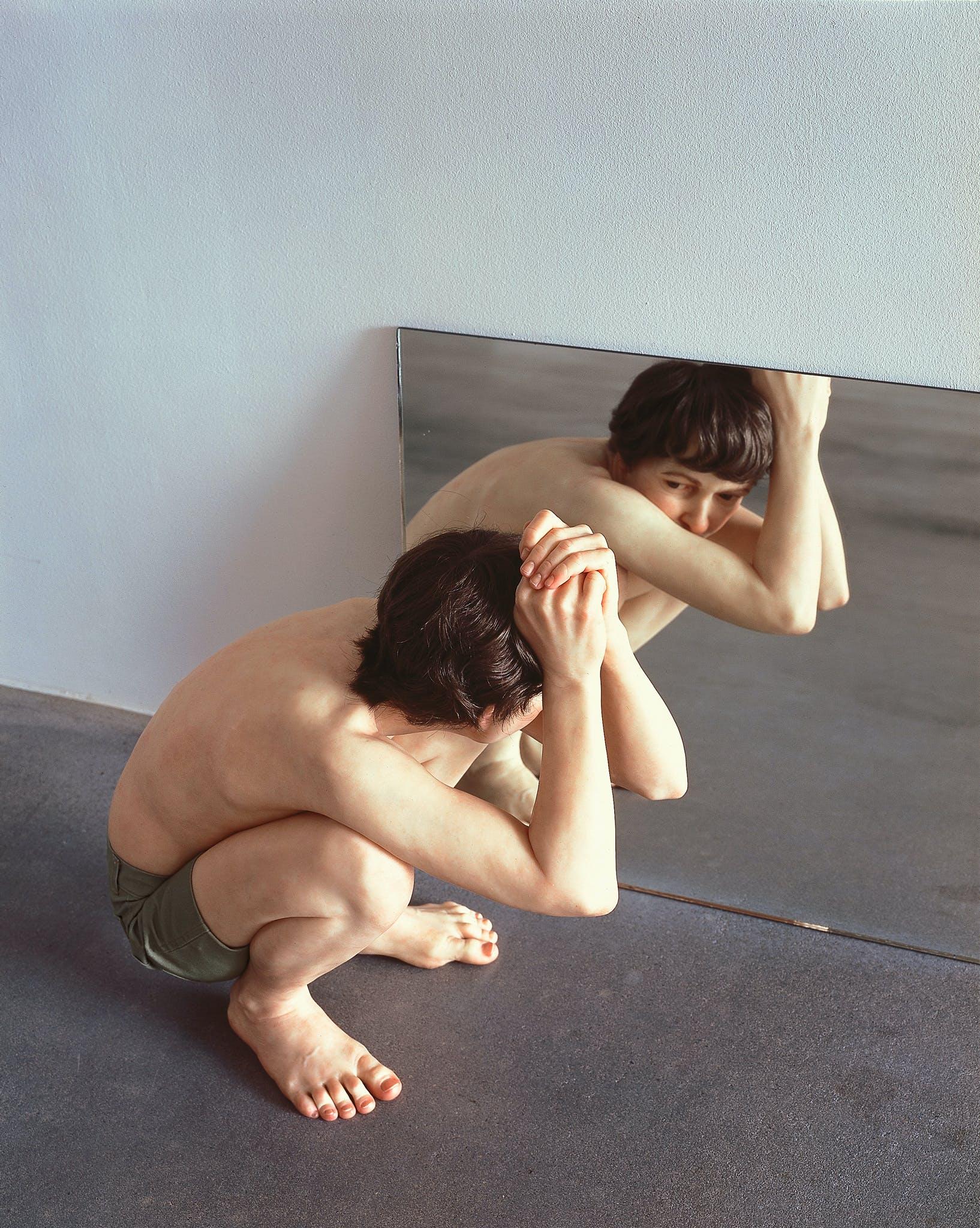 Ron Mueck, Crouching Boy in Mirror, 1999-2000